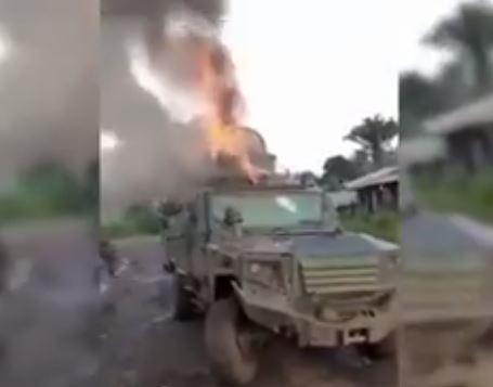 Le véhicule de l'Armée incendié-capture vidéo